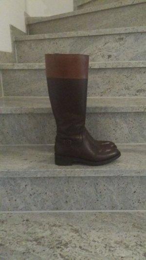 Stiefel mit Schnalle an der Seite