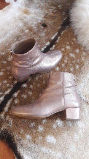 Stiefelette aus kupferfarbenen Leder