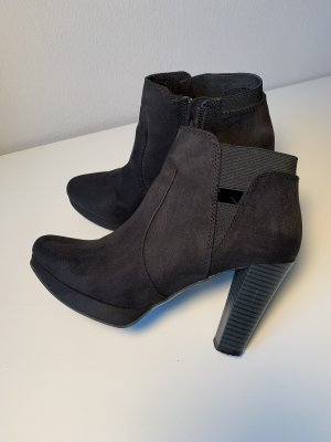 s.Oliver Cut Out Booties black