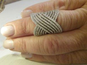 Stilvoller Ring aus 925er Silber mit funkelnden  Steinchen besetzt