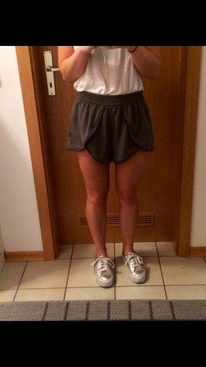 Stoff Shorts in grau mit Lederdetails