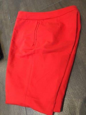 Stoffhose rot mit Falten