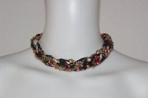Stoffkette mit Blumenmuster und Kette miteinander verbunden