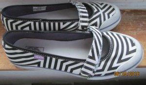 Stoffschuhe von Vans in schwarz weiß