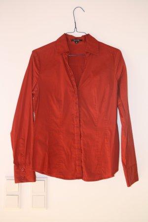 Strahlend rote und aufwändig gearbeitete Bluse