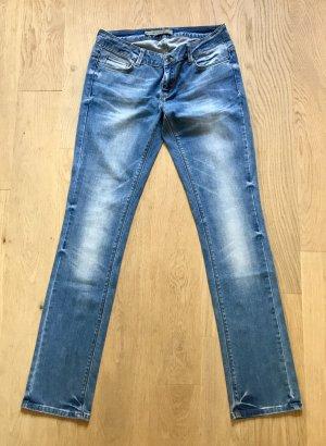 Straight leg Jeans mit coolen Nieten-Details