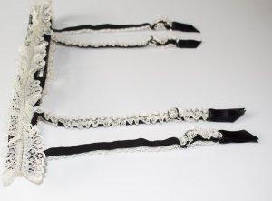 Strapshalter in schwarz mit weißer Spitze von Folies by Renaud
