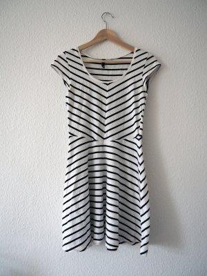 Streifenkleid in schwarz-weiß, S
