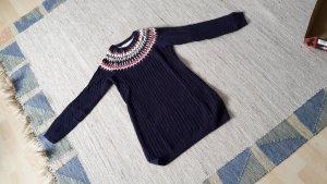 Strickkleid/ -pullover mit Verzierungen am Hals