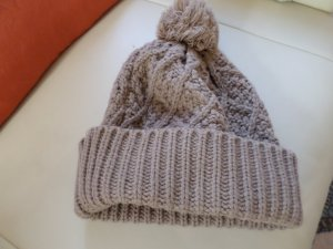 Chapeau en tricot gris brun