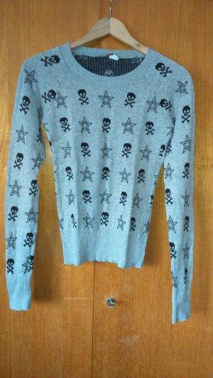 Strickpullover mit Totenkopf und Sternen