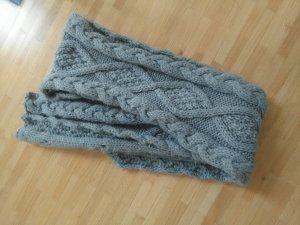 Écharpe en tricot gris clair