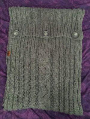 Strickschal in grau mit braun