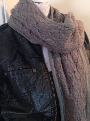 Strickschal in grau, mit leichtem Glanzgarn in silber, Marke she