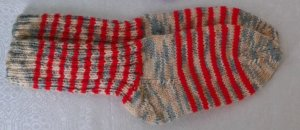 Chapeau en tricot rouge-vert prairie