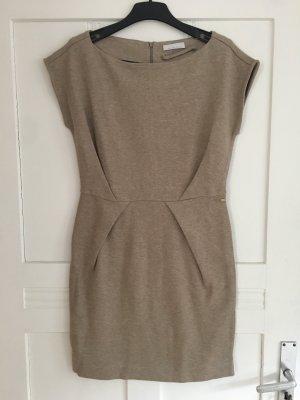 Striktes Kleid