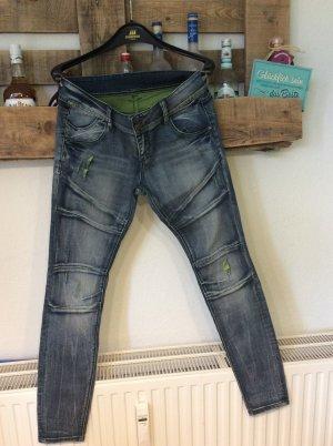 Stylische Jeans mit neongrünen Destroyedstellen