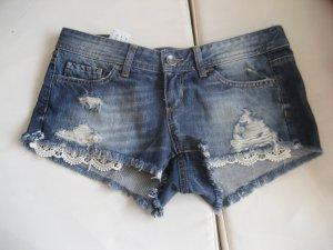 Stylische Jeansshorts mit Spitzendetails