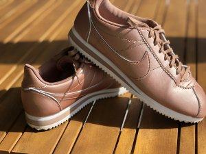 Stylische Nike Cortez Sneaker in Roségold