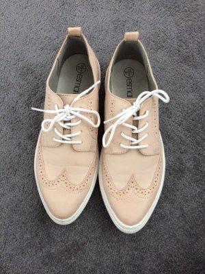 Stylische rose farbende Schuhe