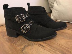 stylische schwarze Stiefeletten