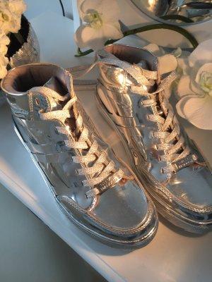 Stylische silberne Sneakers von der Trendmarke Steve Madden