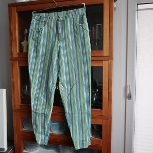 stylische Streifen-Jeans in petrol-grün auf naturweiß