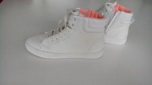 Stylische weiße Schuhe