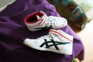 stylische weiße Sneakers