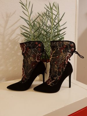 Stylische Zara Stiefeletten mit floralem Muster