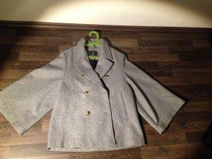 Stylischer grauer Mantel mit weiten Ärmeln