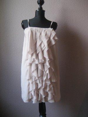 Stylisches nudefarbenes Kleid mit Volants