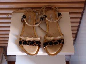 Stylishe Sandaletten in gold mit Animalprint