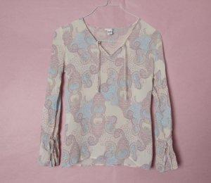 Süße Bluse mit pastellfarbenem Paisley-Muster