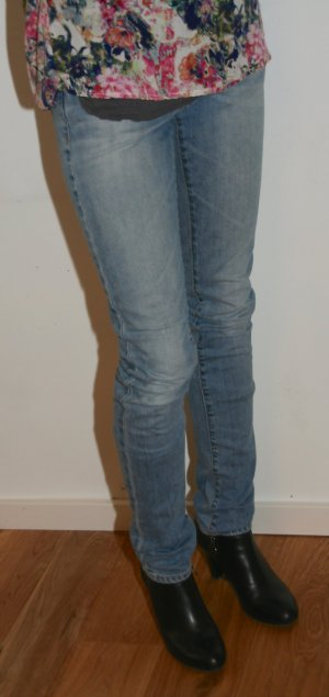 Süße helle Röhren-Jeans