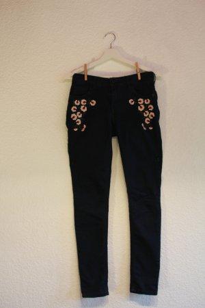 Süße Jeanshose mit Blumenstickerei