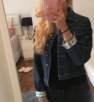 Süße Jeansjacke mit Spitze