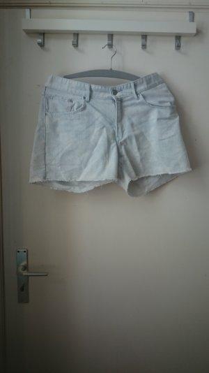 süße jeansshorts mit weißem blumenmuster