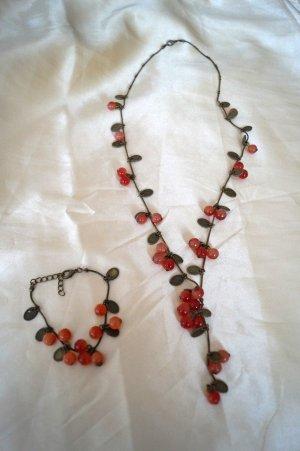 süße Kette und Armband, Set mit Perlen. Kirschen