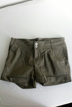 süße khakifarbene Shorts