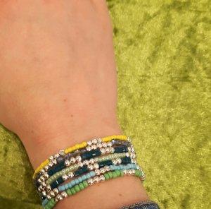 süße kleine Armbänder mit silberfarbenen Zwischenperlen