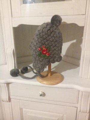 Blutsgeschwister Crochet Cap grey-dark red
