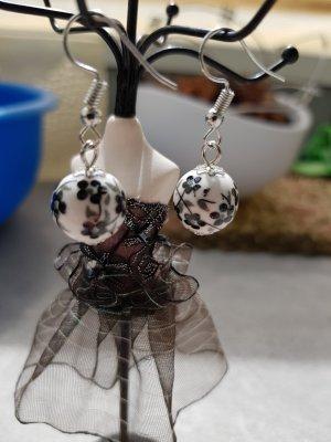 Süße Perlenohrringe weiß/ Schwarz blumiges Design