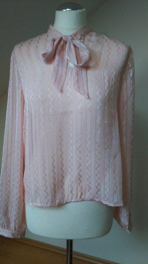 Süße rosafarbene Bluse mit Schleife und Rückendetail