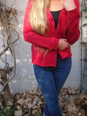 Süße rote Strickjacke