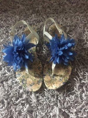 Süße Sandalen mit Blume