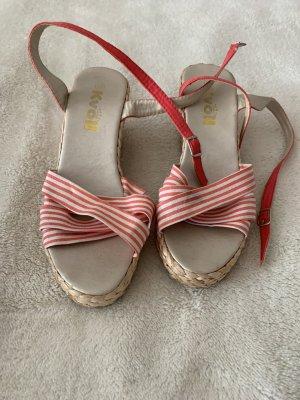 Süße Sandalen mit kleinen Keilabsätzen