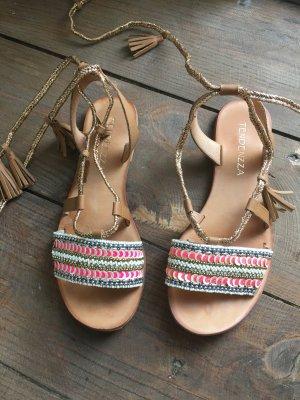 Süße Sandalen mit Perlen und Tosseln