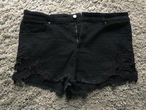 Süße schwarze Shorts mit Details