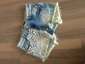 Süße Shorts mit Blumen